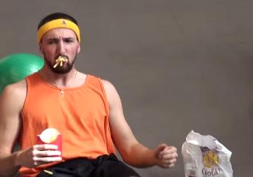 Hombre comiendo y haciendo ejercicio